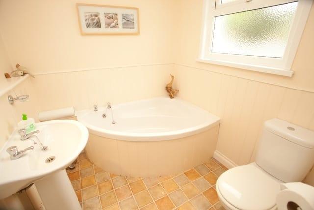 Bithecutt Cottage bathroom